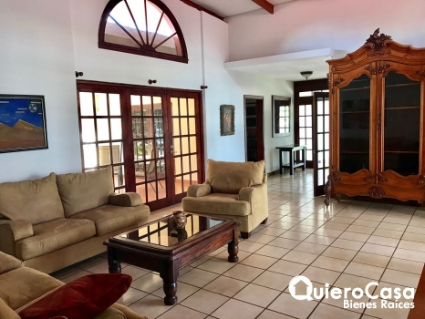 Exclusiva Casa con Amplio Terreno en Carretera Sur