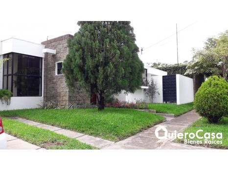 Se renta amplia casa en Las Colinas
