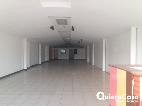 Renta de local comercial de 200mts2 Los Robles LK0182
