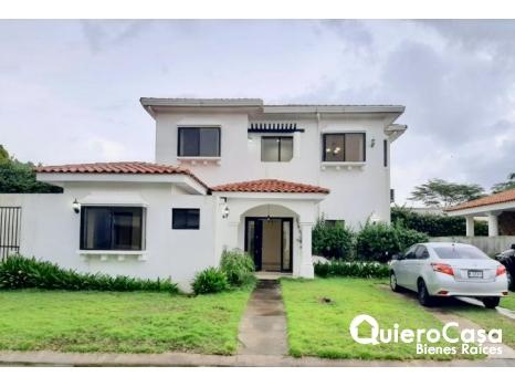 Hermosa y amplia casa en renta.
