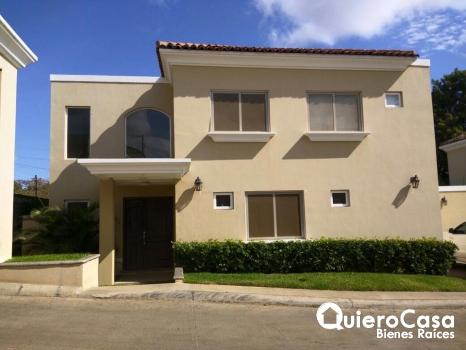 Lujosa casa de dos pisos en Las Colinas
